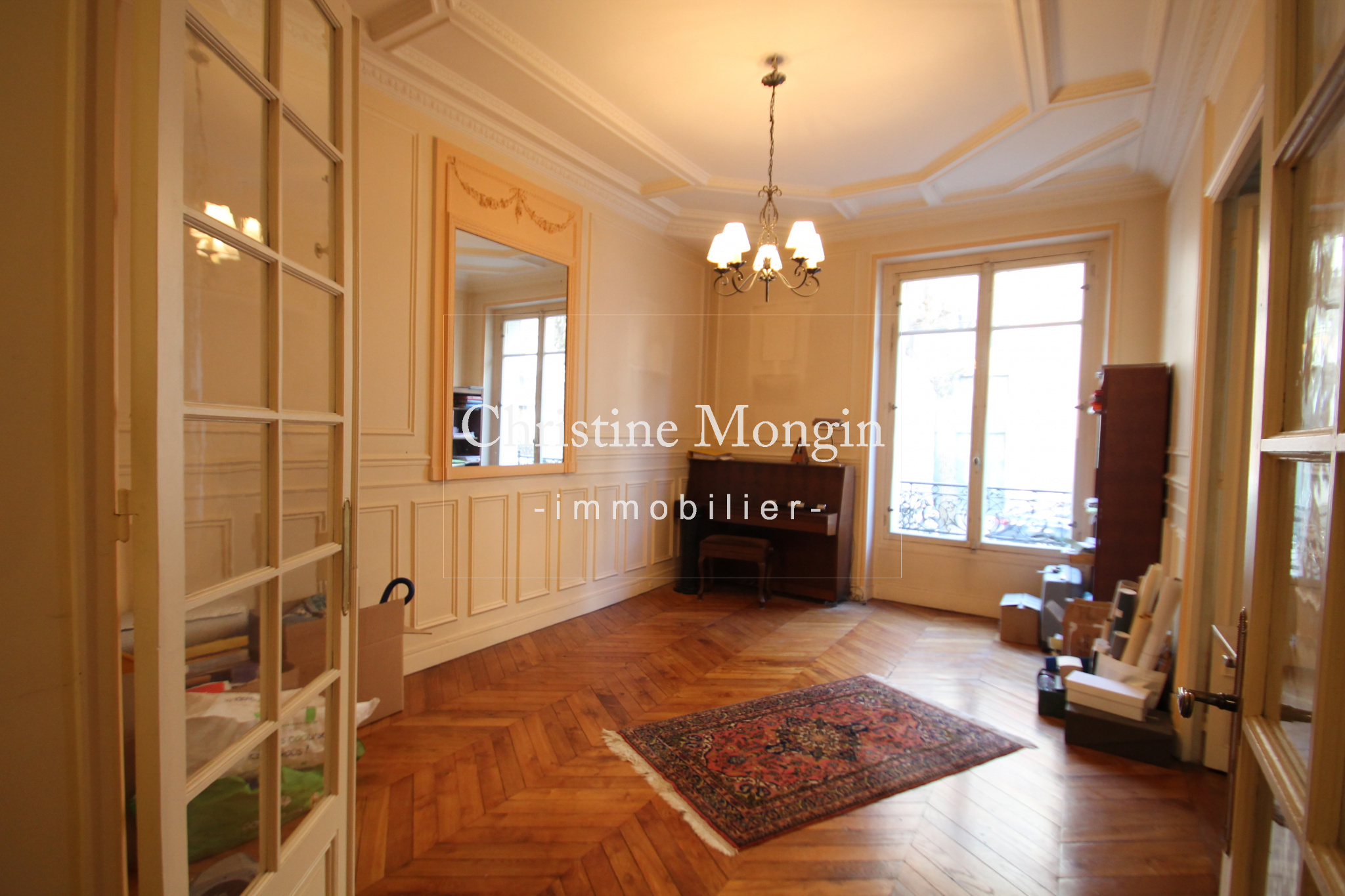 salon de l'appartement parquet moulures
